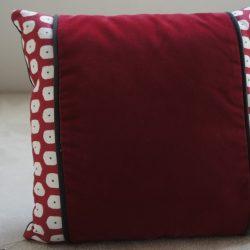 Coussin velours rouge et coton motifs blanc rouge