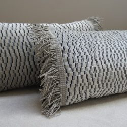 Coussin velours blanc gris argenté et franges