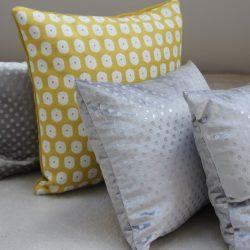 Coussin jaune à motifs blancs